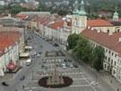 Velké náměstí v Hradci Králové ještě před rekonstrukcí a vykácením stromů v březnu 2011