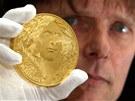 Medaile s motivem dvoutisícové bankovky z České mincovny v Jablonci nad Nisou. Na fotce rytec Lubomír Lietava.