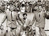 Ladislav Novák (vpravo) po návratu ze stříbrného MS 1962 v Chile, vlevo Svatopluk Pluskal, uprostřed Josef Masopust