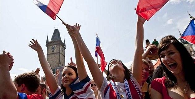 Fanynky �eských hokejist� p�i oslavách titulu mistr� sv�ta na pra�ském Starom�stském nám�stí