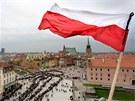 Lidé čekají ve frontě, aby mohli uctít památku prezidentského páru u rakví ve varšavském prezidentském paláci.