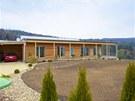 Bungalov má pultovou střechu se zvýšenou zadní částí pro případné fotovoltaické panely.