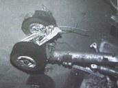 Francouzské úřady představily na tiskové konferenci snímek podvozku zříceného letadla Air France ze dna moře, jak ho zachytily roboty (4. dubna 2011)