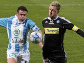 SPRINTERSKÝ SOUBOJ. Marek Kulič z Mladé Boleslavi (vlevo) a Radim Kučera z Olomouce v běžeckém souboji za odskakujícím míčem.