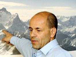 TUDY POLEZU. Horolezec Radek Jaroš ukazuje, kudy se vydá na čtvrtou nejvyšší horu světa Lhoce