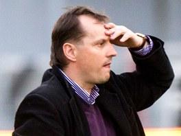 TO SNAD NE. Martin Pulpit, trenér Viktorie Žižkov, se chytá za hlavu při pohledu na své svěřence.