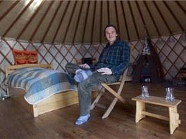 Psycholog a herec Petr Knotek je v jurtě šťastný. Má v ní vše, co potřebuje, a splývá víc s přírodou.