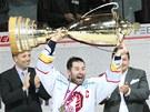Třinecké oslavy titulu: kapitán Radek Bonk přebírá pohár pro vítěze extraligy.