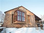 Celý dům je recyklovatelný. Výplň a zateplení tvoří sláma, zvenku i zevnitř je budova omítnuta hlínou a vnitřek prostoru je povětšinou ze dřeva.
