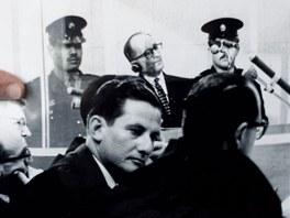 Gabriel Bach, jeden z izraelských prokurátorů, kteří před padesáti lety připravovali obžalobu Adolfa Eichmanna, ukazuje svoji podobu v době procesu (11. dubna 2011)