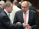 Nový rektor Masarykovy univerzity Mikuláš Bek (vpravo se svým předchůdcem Petrem Fialou. (26. duben 2011)
