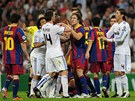 NERVZN DUEL. Msto pohlednch akc se fotbalist Realu Madrid a Barcelony v