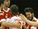 Radost ostravských volejbalistů. Vladimír Sobotka, libero Jan Václavík (v bílém) a Zdeněk Haník junior.