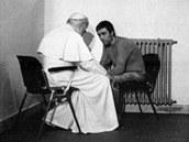 Jan Pavel II. a Turek Ali Agca, kter� se pape�e v roce 1983 pokusil zab�t