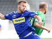 ZÁDY K SOBĚ. Těžko říct, zda o míči ví líp Jakub Petr z Olomouce (en face), nebo jablonecký Pavel Drsek, když jsou k němu oba zády.