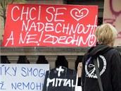 Studenti a obyvatel� Ostravy na Masarykov� n�m�st� vyr�b�li transparenty a zvali na protestn� akci Den vzduchu.