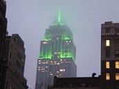 Slavný newyorský mrakodrap Empire State Building je pověstný změnami osvětlení, kterými v různých barevných kombinacích připomíná všechna možná výročí či události.