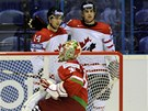 MLADÉ PUŠKY. Kanaďané Jordan Eberle (vlevo) a John Tavares se radují z gólu, zatímco běloruský gólman Andrej Mezin loví puk ze sítě.