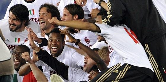 KLUCI, MÁME TITUL! Hráči AC Milán slaví zisk mistrovského titulu.