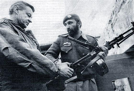Usáma bin Ládin (vpravo) se Zbiegniewem Brzezinskim, poradcem pro národní bezpečnost amerického prezidenta Jimmyho Cartera. (snímek z roku 1980)
