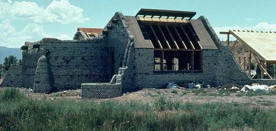 Americký architekt Michael Reynolds experimentoval 30 let, až vyvinul