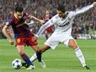 Cristiano Ronaldo zkouší vypíchnout míč Xavimu.