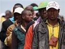 Afričtí imigranti po příjezdu z italského ostrova Lampedusa do přístavu Taranto (4. května 2011)