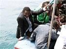 Loď s africkými imigranty přijíždí k ostrovu Lampedusa (6. května 2011)