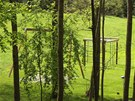 Houpačky a dětské prolézačky v zahradě sídla Petra Kellnera.
