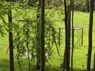 Houpa�ky a d�tsk� prol�za�ky v zahrad� s�dla Petra Kellnera.