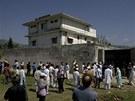 Novináři a vesničané postávají před domem v Abbottábádu, kde se šest let...
