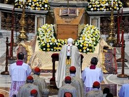 Kvůli blahořečení byla vyzdvižena rakev s tělem papeže z hrobu a umístěna před hlavní oltář v bazilice svatého Petra.