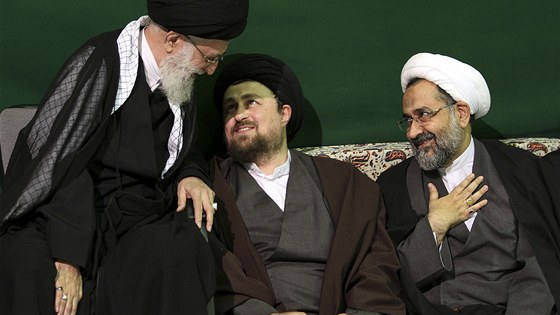 Zleva: Ajatolláh Chameneí, ministr pro tajné služby Hejdar Moslehí a vnuk ajatolláha Chomejního Hasan (5. května 2011)