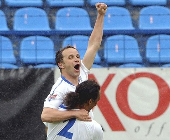 Zdeněk Šenkeřík (vlevo) a obránce Fernando Neves se radují z  gólu.