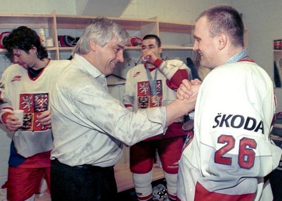 DÍKY, KAPITÁNE. Trenér českých hokejistů Ivan Hlinka děkuje kapitánovi Robertu Reichelovi po zisku bronzových medailí na MS 1997.