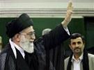 Zleva: Ajatolláh Chameneí a íránský prezident Mahmúd Ahmadínežád (5. května 2011)