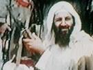 Usáma bin Ládin na archivním snímku z roku 2001 třímá kalašnikov.