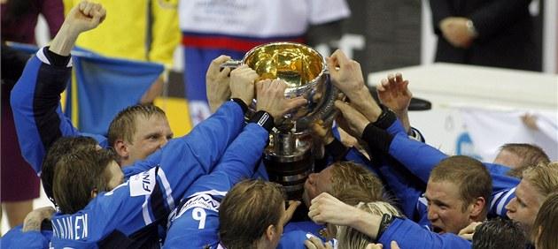 POHÁR PRO MISTRY. Hokejisté Finska slaví druhý titul z mistrovství sv�ta v historii.