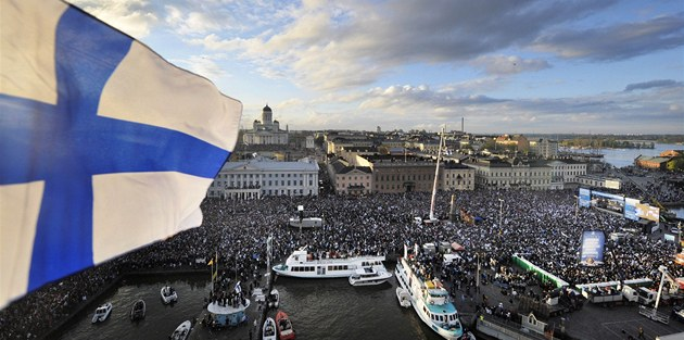 NAMOL NA MOLU. Hokejové zlato se bou�liv� slavilo i ve finských p�ístavech.