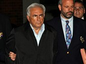 �éf Mezinárodního m�nového fondu Dominique Strauss-Kahn odchází z newyorské policejní stanice