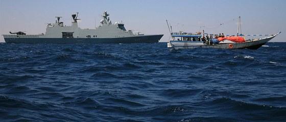 Piráti se vzdávají dánské válečné lodi Esbern Snare.