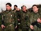 Velitel bosenských Srbů Ratko Mladič (uprostřed) obhlíží v roce 1994 srbské pozice u Goražde