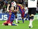 RADOST A SMUTEK. Hr��i Barcelony v �ele s Messim (vlevo) se raduj�, jejich soupe�i z Manchesteru naopak neskr�vaj� zklam�n�.