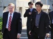 Americk� vyslanec pro lidsk� pr�va Robert King (vlevo) a Eddie Jun se chystaj� opustit KLDR. (28. 5. 2011)