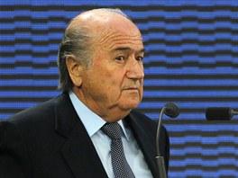 NEBER ÚPLATKY, NEBER ÚPLATKY...Prezident FIFA Sepp Blatter čelí obvinění z účasti v korupčním skandálu.