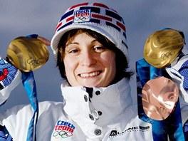 �eská rychlobrusla�ka Martina Sáblíková se svými t�emi olympijskými medailemi. (25. února 2010)