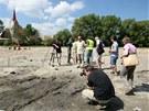Archeologové zkoumají dno Staroměstského rybníka v Telči