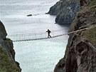 Most p�es skalní proláklinu v severoirském Antrimu