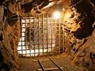 Mříž, která odděluje zával v jáchymovském hornickém skanzenu Štola číslo 1.