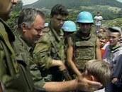 �ervenec 1995, Srebrenica. Ratko Mladi� hlad� mal�ho Izudina Ali�e